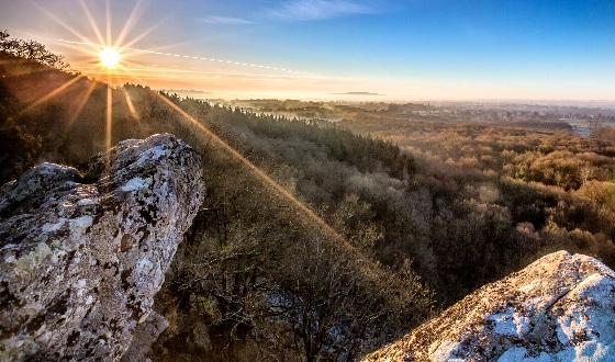 rochers au dessus de la forêt