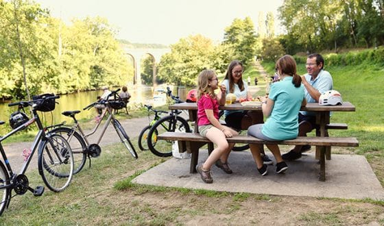 Pique-nique en famille à vélo