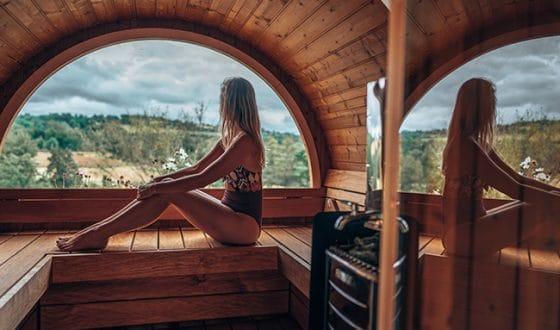 Femme profitant d'un spa avec vue sur la nature