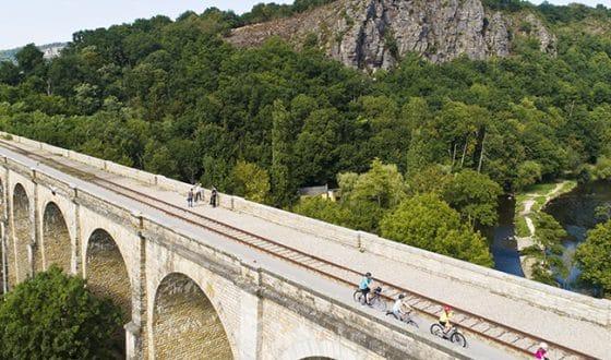 Balade en vélo sur un viaduc