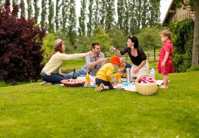 famille pique-niquant à la campagne en Normandie