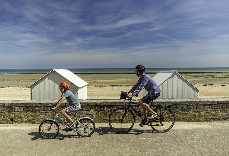 Balade en vélo sur la digue entre un père et son fils