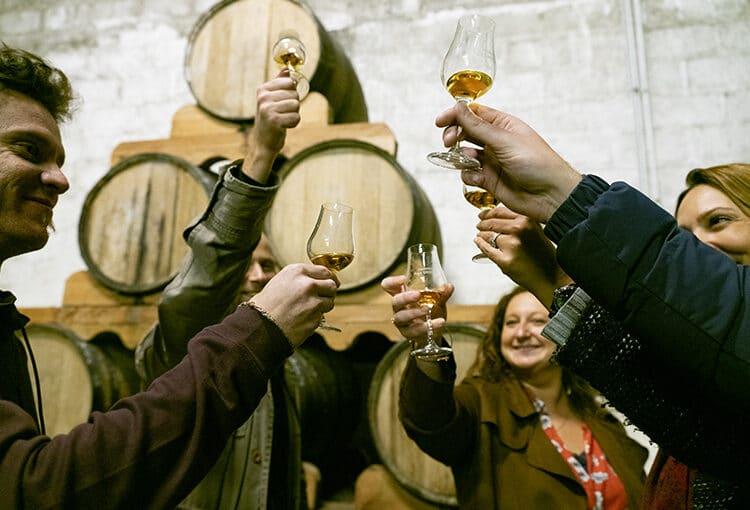 Un groupe d'amis lève son verre de calvados