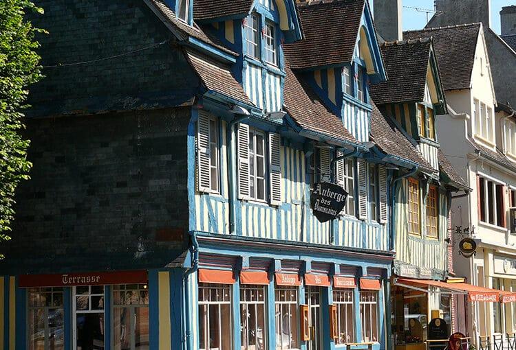 Façade de maison en colombage bleu