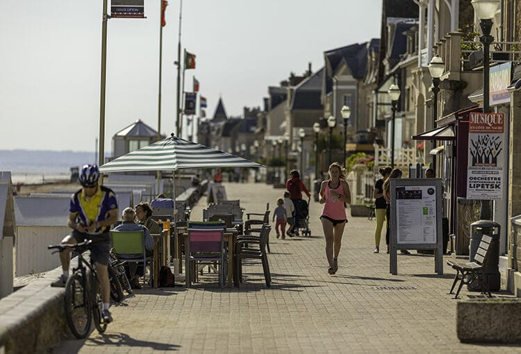 Joggeur, cycliste sur la digue le long de la plage