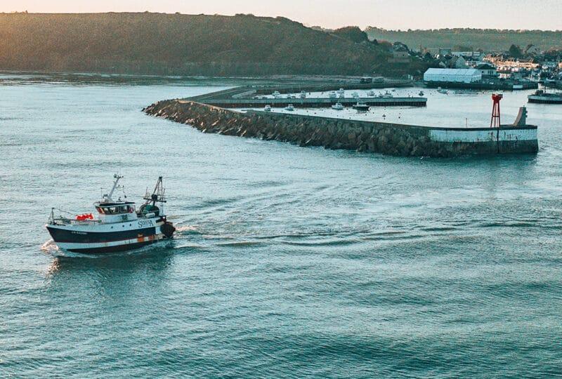 Bateau quittant le port pour partir en pleine mer