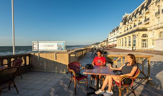 Terrasse de café sur la plage