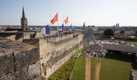 Chateau de Caen avec ses drapeaux