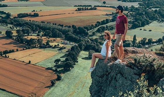Couple regardant la vue au bord d'une falaise