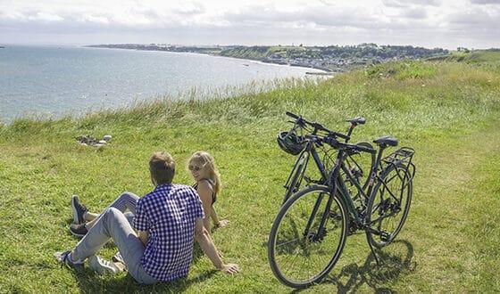 Couple à vélo en bord de falaise