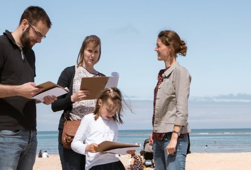 famille faisant une visite guidée à Houlgate
