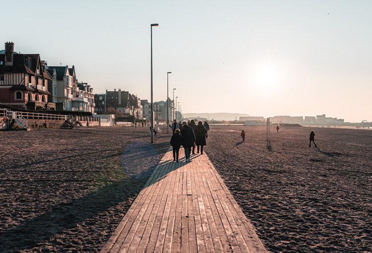 Personnes se baladant sur les plage de Trouville