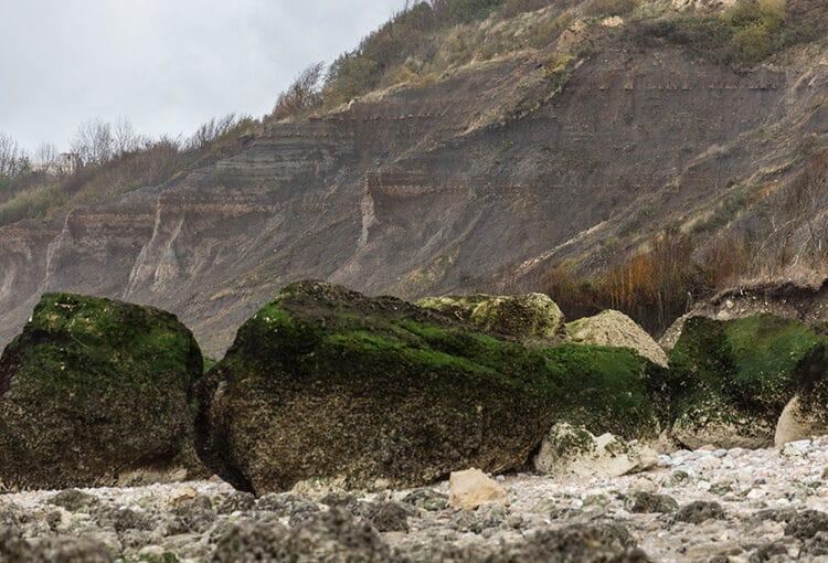 Rochers devant la falaise