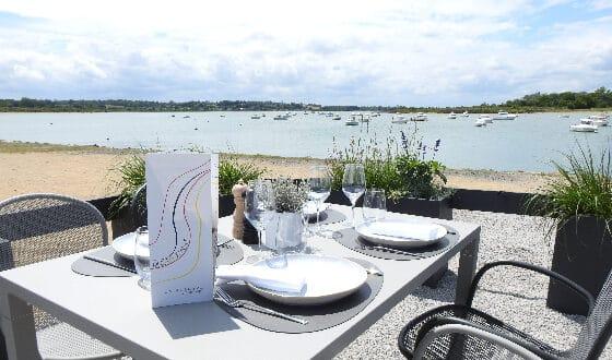 Table dréssée dans un restaurant en bord de mer