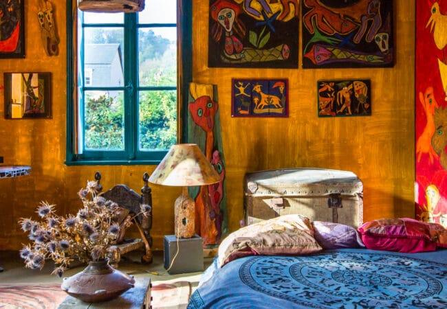 Chambre avec des tas de couleurs